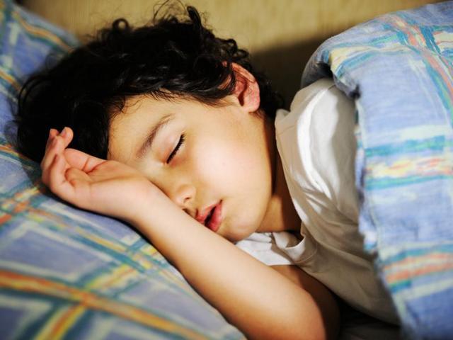 Мальчик спит