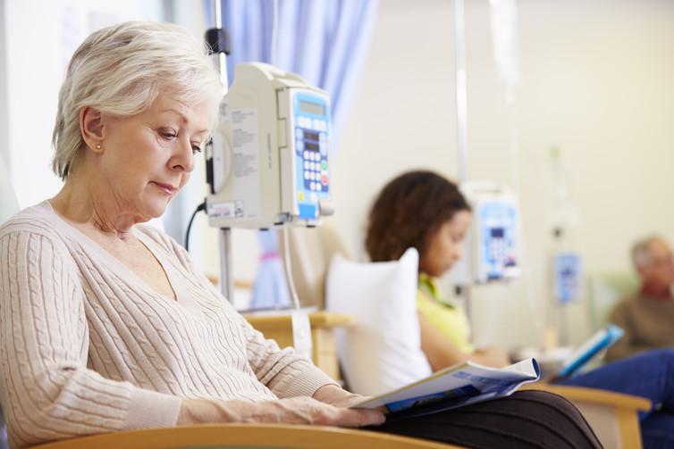 Женщина читает журнал рядом с инфузаматом