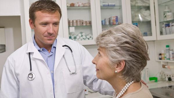 Врач смотрит на пациентку
