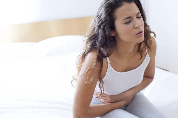 Женщина страдает из-за боли в животе