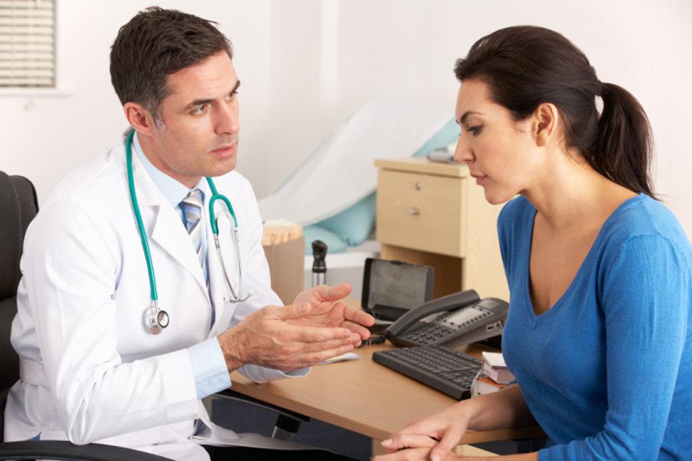 Врач что-то объясняет пациентке