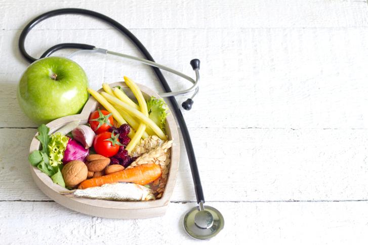 Диетическое питание в корзине в виде сердца и фонендоскопом
