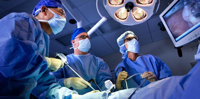Хирурги выполняют лапароскопическую операцию
