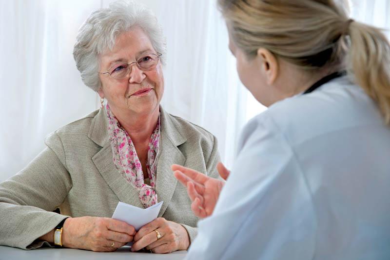 Пожилая пациентка у врача