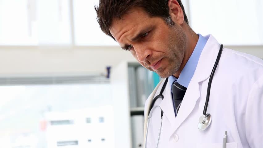 Серьёзный врач