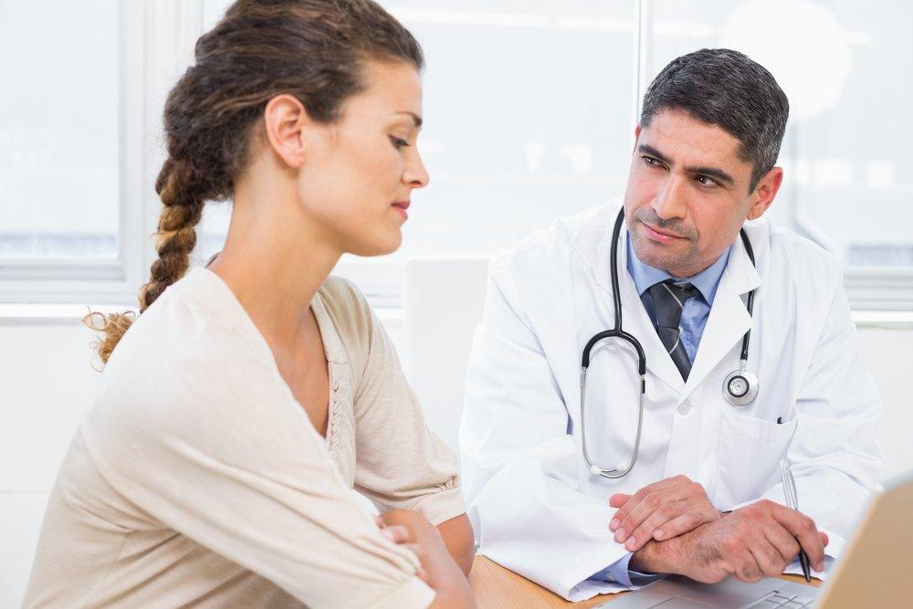 Врач выжидающе смотрит на пациентку