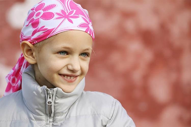 Девочка в розовой повязке