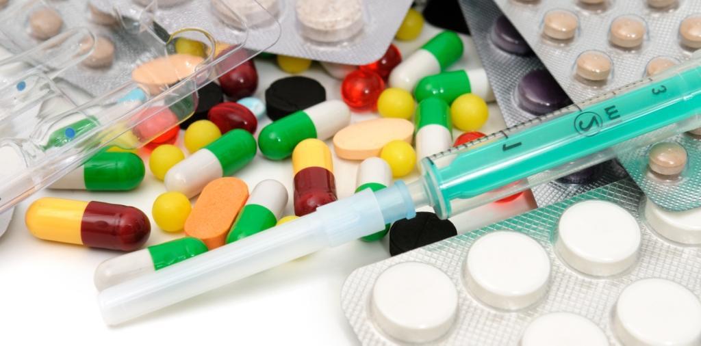Таблетки и шприц