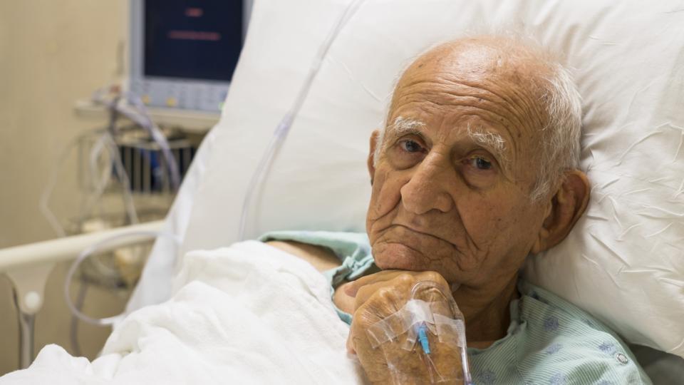 Пожилой пациент в кровати
