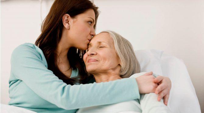 Дочь целует мать