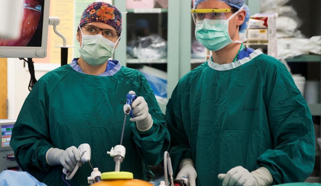 Хирурги во время лапароскопической операции