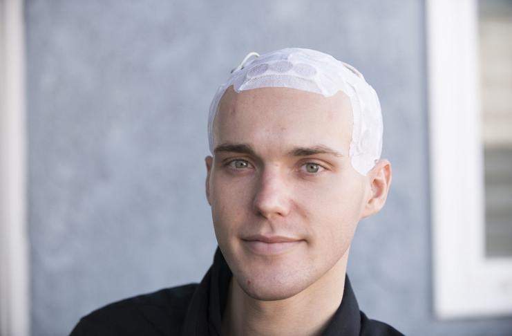 Мужчина с заклееной головой