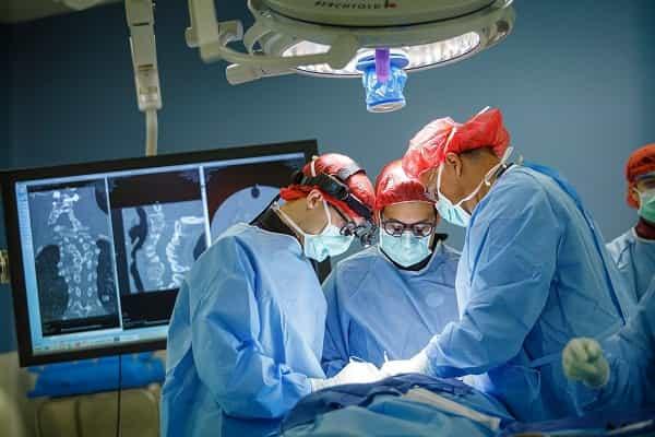 Хирурги в красных шапочках
